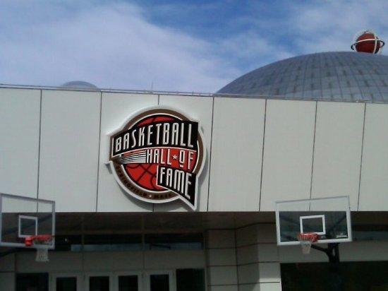 L'attribut alt de cette image est vide, son nom de fichier est naismith-memorial-basketball.jpg.