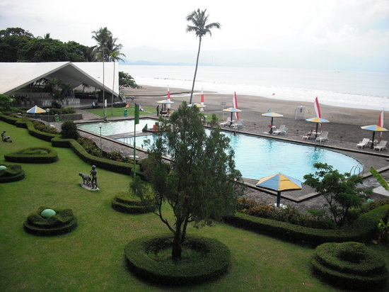 Inna Samudra Beach Hotel: Pool and Beach