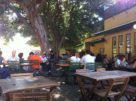 met de crew eten in Tel Aviv