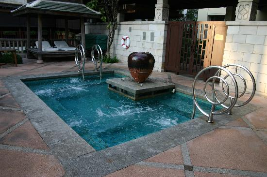 Jacuzzi de la piscine  Picture of The Peninsula Bangkok Bangkok  TripAdvisor
