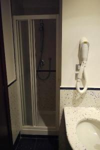 Bad mit Mini-Dusche - Bild von Windrose Hotel, Rom ...