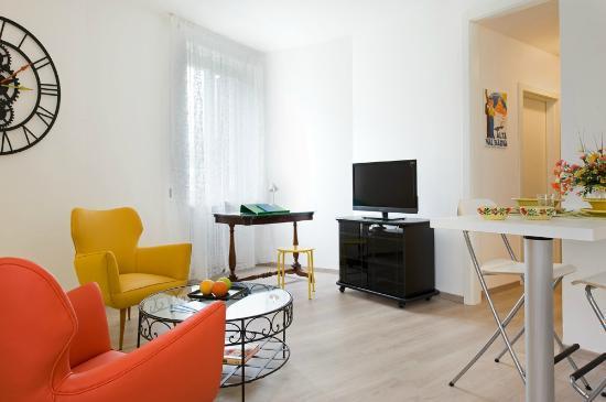 Appartamento DEPERO soggiorno con angolo studio e tv  Picture of Rovereto Province of Trento