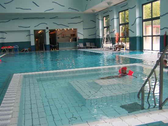 piscine  Picture of Disneys Hotel New York Chessy