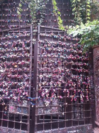 cancello allinterno del cortile di Giulietta dove le