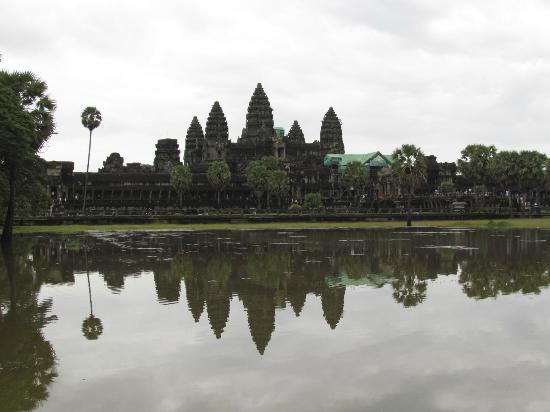 "<a href=""/Attraction_Review-g297390-d317907-Reviews-Angkor_Wat-Siem_Reap_Siem_Reap_Province.html"">Angkor Wat</a> Foto: Across the water"