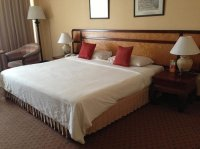 king size bed - Picture of Chiang Mai Plaza Hotel, Chiang ...