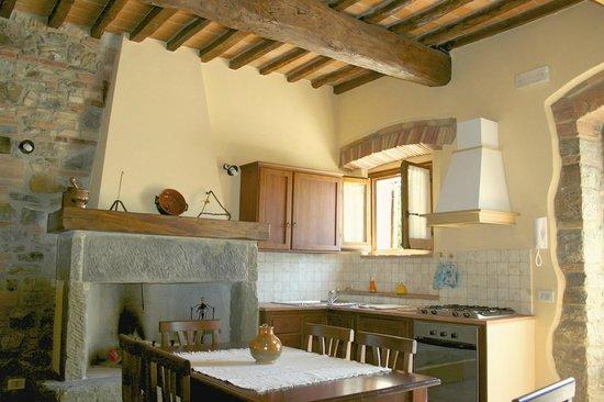 Camera arredata in stile rustico tra scorci di pietra e intonaco  Picture of Agriturismo Casale