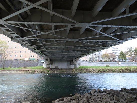 気持ちの良い芝生公園が下にあります - Morioka、Kaiunbashi Bridgeの寫真 – TripAdvisor