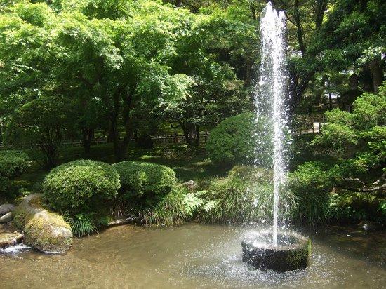 霞ケ池の水圧で自噴する日本最古の噴水 - Picture of Kenrokuen Garden ...