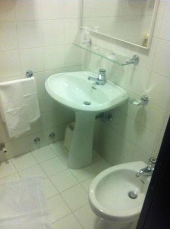 bagno piccolo ma pulito  Foto di Valbrenta Hotel Limena  TripAdvisor