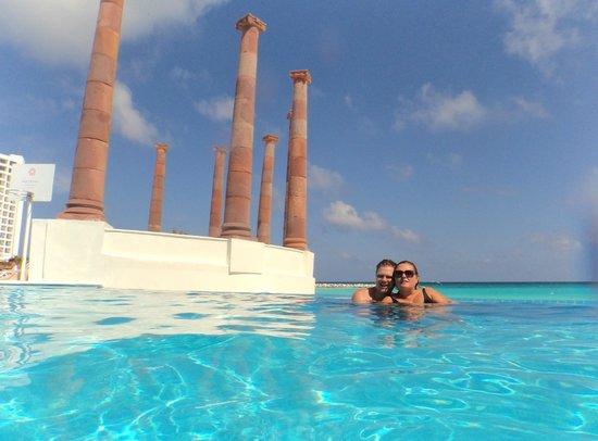 piscina com borda infinita  Foto de Krystal Cancun