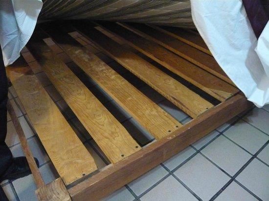 Hotel Parador Santo Domingo De Guzman Thick Hard Wooden Slats Under Equally Mattress