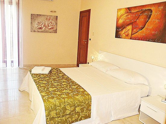 Camera Liz Taylor Picture of Guest House Kronos