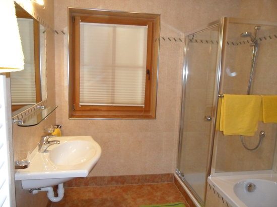 bagno con doccia e vasca da bagno  Picture of Agriturismo Stauderhof Villabassa  TripAdvisor