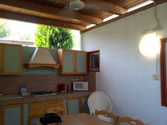 Cucina del bungalow nuova e pulitissima presente in ogni alloggio ed utilizzabile anche se si