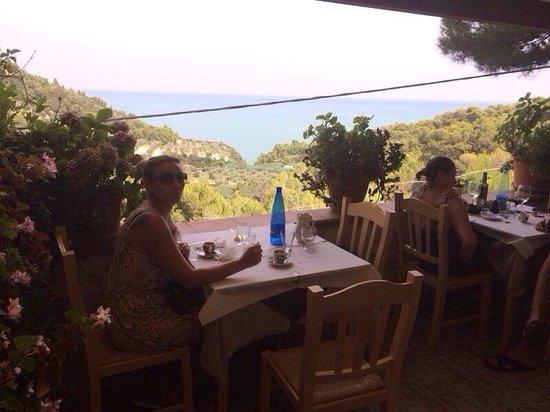 La terrazza del ristorante Monte Barone che affaccia sulla