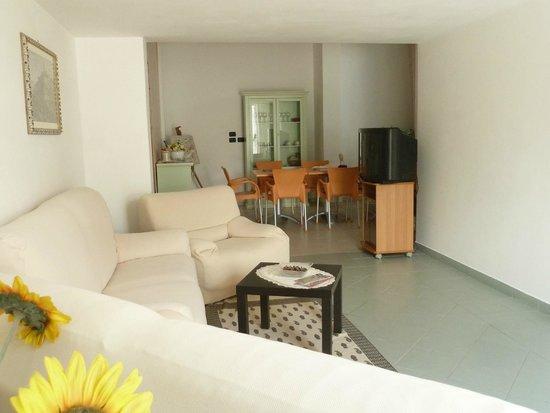 Ingresso soggiorno con salotto e Tv  Picture of Le