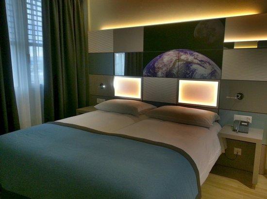 Chambre Moderne Et Bien équipée  Photo De Discovery Hotel