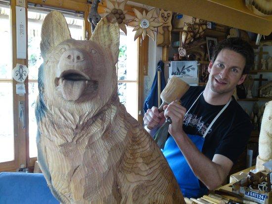 In dem Atelier von Trummer Holzschnitzerei  Bild von