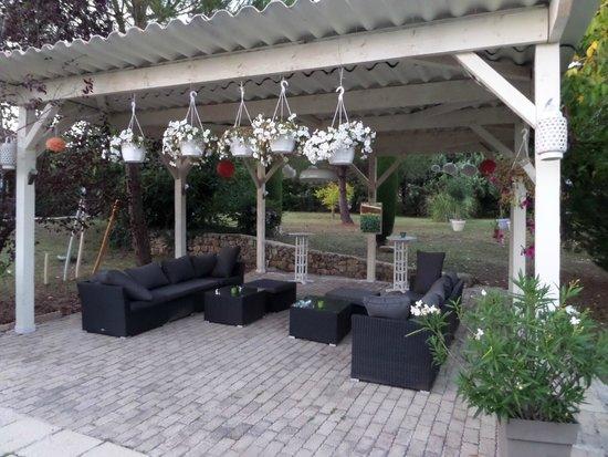 le patio avec salon de jardin couvert