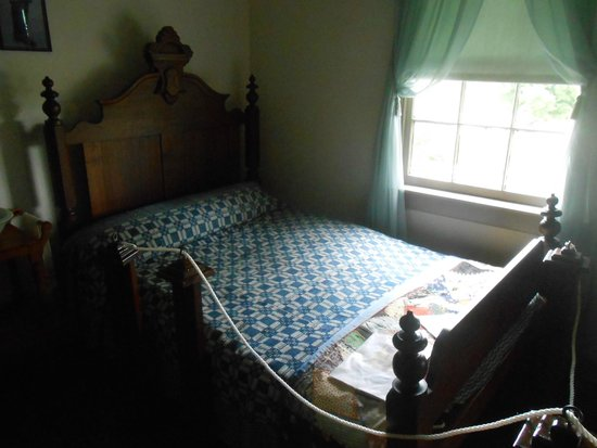 The Dr Samuel Mudd House Museum Bed John Wilkes Booth Was Treaeted