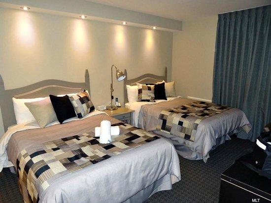 Merveilleuse grande chambre avec literie de qualit  Picture of Hotel Mont Gabriel Sainte