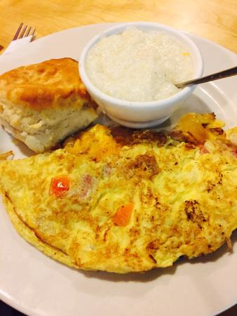 Alligator omelette grits and a nice warm biscuit  Foto