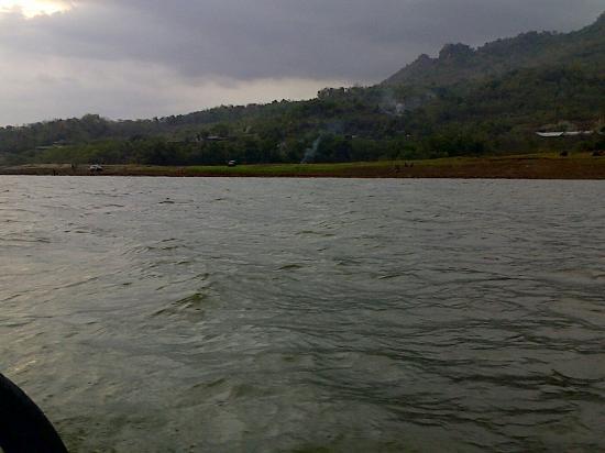 Pemandangan saat naik boat  Foto Waduk Gajah Mungkur