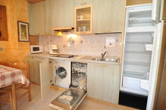 Cucina Lavastoviglie e Lavatrice  Foto di Appartamenti