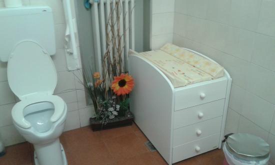 bagno pulitissimo con fasciatoio per cambiare neonati  Picture of Pizzeria Da Michele Mestre