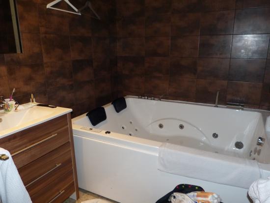 la salle de bain avec baignoire balneo picture of hotel beausejour tregastel tripadvisor