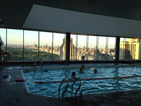 piscine sur le toit avec vue sur central park  Picture of