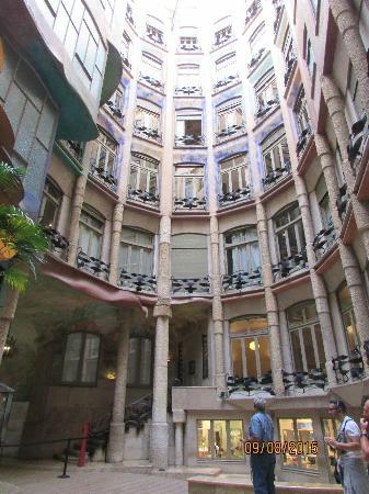 la pedrera por dentro  Picture of La Pedrera Barcelona