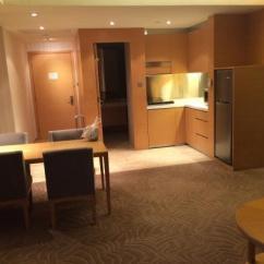 Hotel With Kitchen Hong Kong Tiny House Layout 房間非常寬敞舒適 有2間化妝室 另ㄧ間較大有浴缸 床加大非常舒適 客廳有小小的廚房東西準備算該有的都有 不管看夜景或早晨都非常漂亮 非常棒的飯店 香港