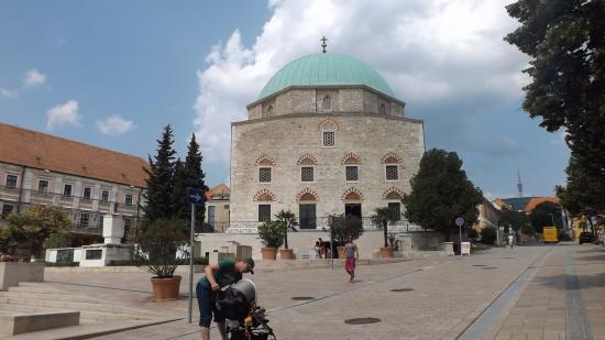 Gazi kasım Paşa Camii - Mosque of Pasha Gazi Kassim Church of Gyertyaszentelo Boldogasszony, Pecs Resmi - Tripadvisor