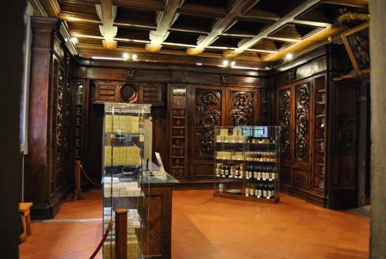 Interno della Farmacia  Vetrine  Picture of Antica