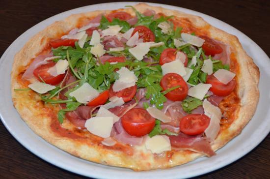 Pizza Parmaschinken mit frischem Rucola und Parmesansplittern  Picture of Pizzeria La Terrazza
