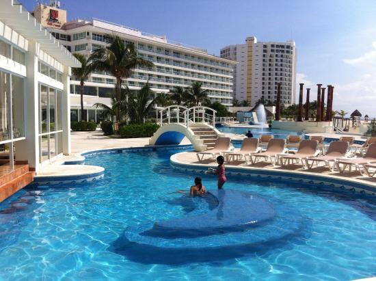 rea da piscina  Picture of Krystal Cancun Cancun