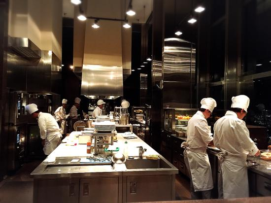 Open show kitchen  Photo de New York Grill Shinjuku
