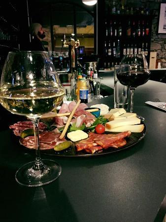 plateau charcuterie fromages vin au