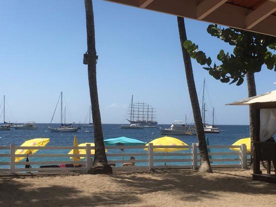 plage avec chaise et parasol