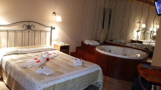 Habitacion con jacuzzi fotografa de Hotel Puente Vidosa