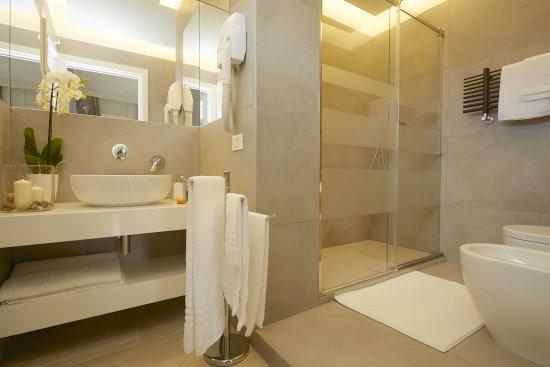 Bagni lussuosi con docce XXL  Foto di BB Mondello Design Mondello  TripAdvisor