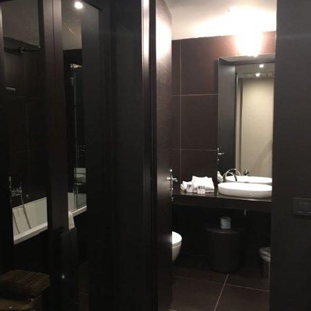 Bagno colore mogano scuro e design moderno  Foto di H2C Hotel Milanofiori Assago  TripAdvisor