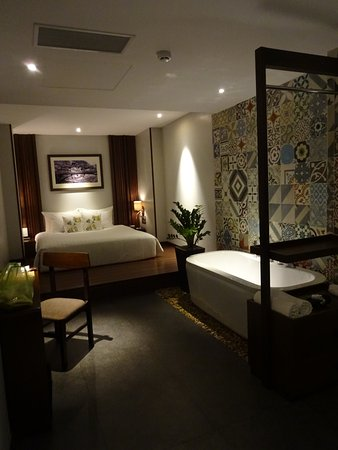 silverland sakyo hotel spa chambre sans fenetre avec baignoire lavabo et grande douche