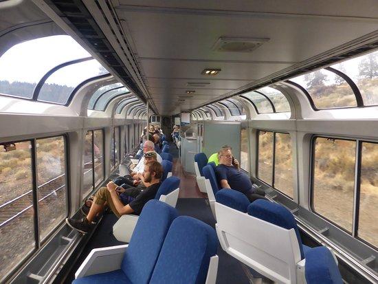 Panoramarijtuig in trein die door de bergen rijdt