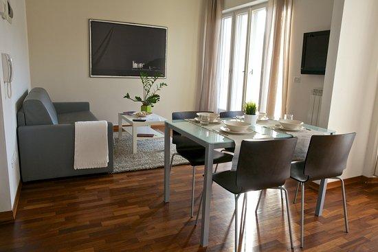 Soggiorno con angolo cottura angolo tv divano letto e balcone privato  Picture of Residence