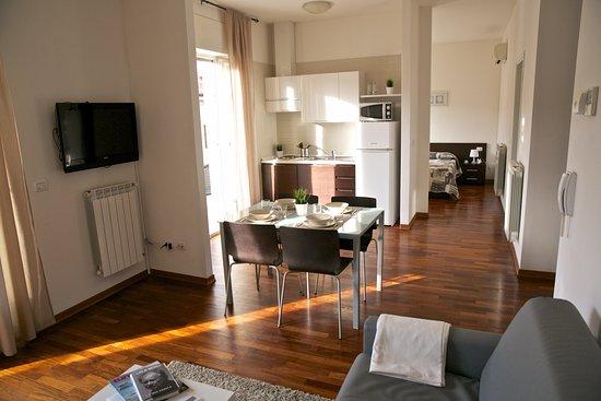Soggiorno con angolo cottura dotato di stoviglie angolo tv divano letto e balcone privato