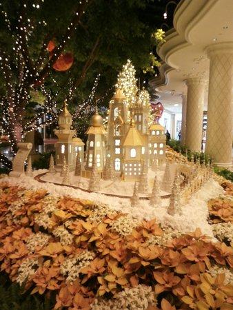 Wynn las vegas christmas decorations for Wynn hotel decor