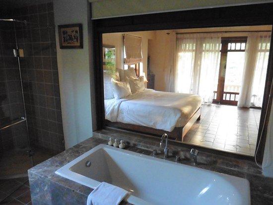 Salle De Bain Ouverte Sur La Chambre Vitre Et Rideau Picture Of Emeralda Resort Ninh Binh Tripadvisor